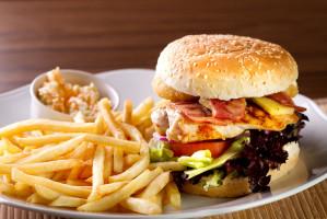 El alcohol y la carne procesada podrían aumentar el riesgo de cáncer de estómago