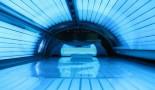 Más adolescentes les están dando la espalda a las camas de bronceado, según los CDC