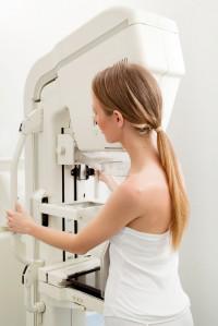 Expertos aconsejan a las mujeres con alto riesgo de padecer un cáncer de mama tener la primera revisión a los 25 años